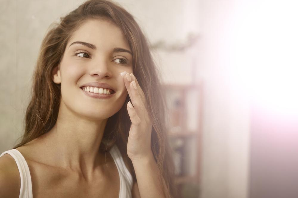 Trattamenti antiage per gli occhi Con l'avanzare dell'età, le rughe, le borse sotto gli occhi e le palpebre cadenti e rilassate possono conferire al volto un aspetto stanco e invecchiato. Naturalmente sono molti e diversi i fattori che possono influire sull'aspetto della zona occhi - come struttura del viso, genetica, stile di vita, danni causati dall'esposizione al sole, un skin beauty routine troppo superficiale - e quindi a molti di questi fattori si può porre rimedio. Ad esempio è buona abitudine inserire nella propria beauty routine quotidiana un prodotto a base di retinoidi, che stimolano il turnover cellulare e riducono le linee sottili, così come una crema specifica per il contorno occhi. Ma oltre alla cura quotidiana della pelle quali sono i trattamenti antiage per gli occhi più efficaci? Trattamenti estetici contorno occhi I trattamenti per la cura della pelle rappresentano il passo successivo ad un corposo cambiamento qualitativo nella beauty routine del contorno occhi di ogni giorno. Alcune sedute pianificate dal medico estetico possono dare risultati visibili e interessanti. Vediamo i trattamenti antiage per gli occhi di medicina estetica: Microdermoabrasione e microneedling: questi trattamenti possono essere usate per trattare linee sottili e rughe nel contorno occhi. La pelle viene stimolata a produrre più collagene, con un conseguente miglioramento dell'aspetto e della consistenza; Peeling chimici, luce pulsata e laser: sono tutti trattamenti antiage per gli occhi efficaci per contrastare linee sottili e rughe e vengono talvolta utilizzati in combinazione tra loro per ottenere il miglior risultato. La luce pulsata stimola la produzione di collagene, i peeling chimici lavorano per esfoliare lo strato superiore della pelle per migliorarne tono e consistenza, e per ridurre le rughe. Il laser e i peeling chimici sono utili anche nel trattamento delle occhiaie; Dermoabrasionee: più intensa della microdermoabrasione, la dermoabrasione può trattare le rughe