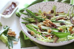 Insalata di puntarelle con acciughe olive taggiasche e frutta secca